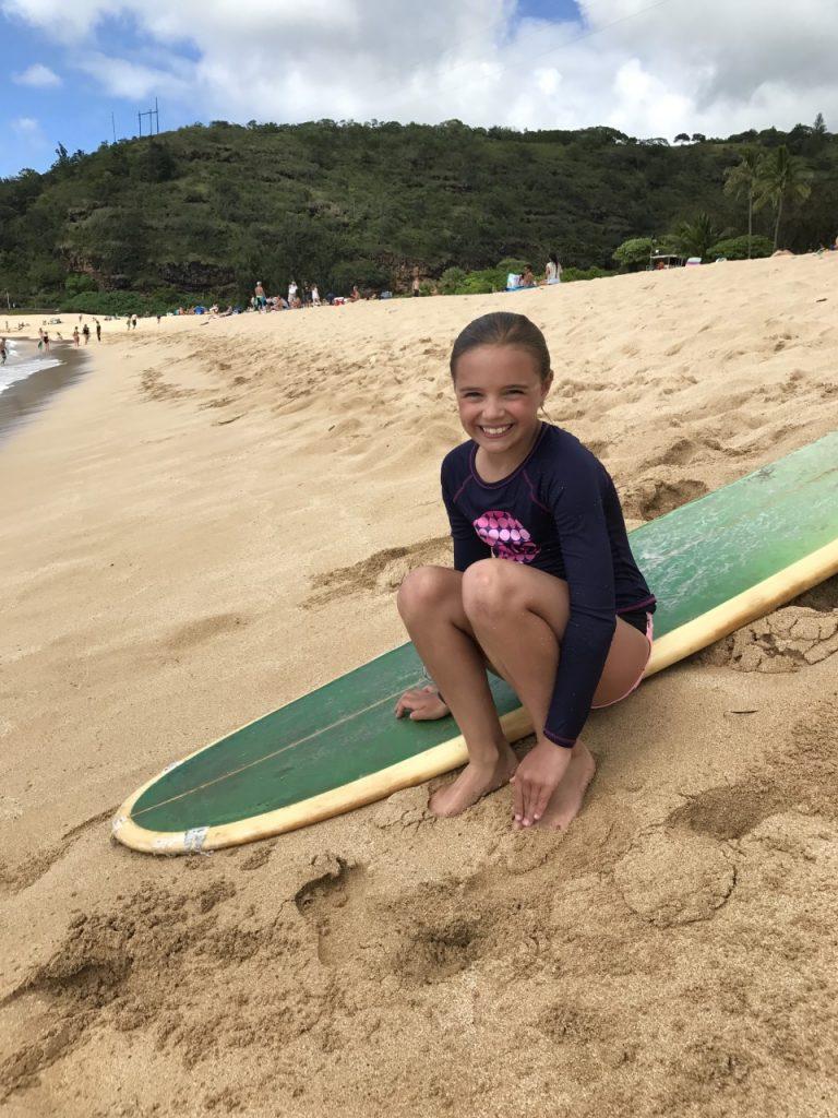 Fillette et la planche de surf