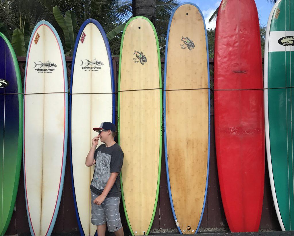 Fiston devant les surfboards à Haleiwa