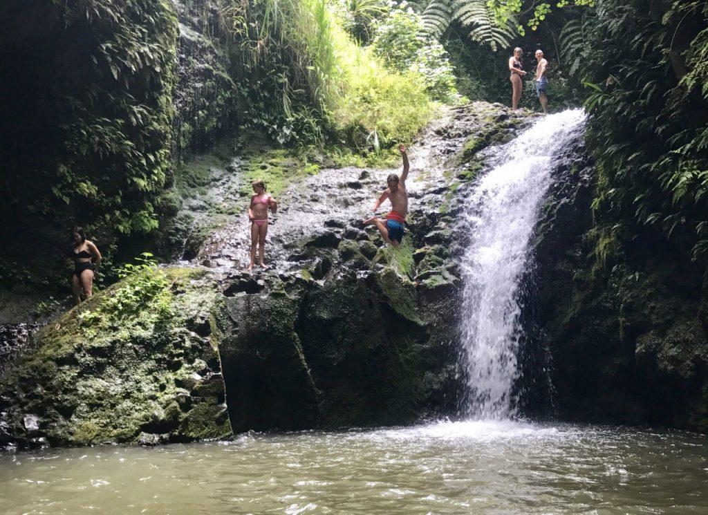HAWAII MAUNAWILI WATERFALL Chute Maunawili Son jumping off rock