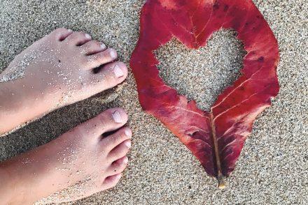 hawaii feuille coeur rouge pieds sur le sable